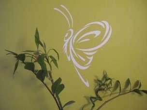 V případě, že chcete dosáhnout přirozenějšího vzhledu dekorace, můžete také použít gumovou paličku a samolepku lehce poklepat. Docílíte tím, že se hrubý vzor zdi či zrnka písku obtisknou do samolepky a na zdi vypadá naprosto přirozeně k nerozeznání od nátěru.  Lepení je u konce. Uvařte si kávu, pozvěte sousedy a kochejte se novým designem Vašeho interiéru.